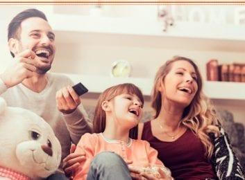 Familia viendo una serie
